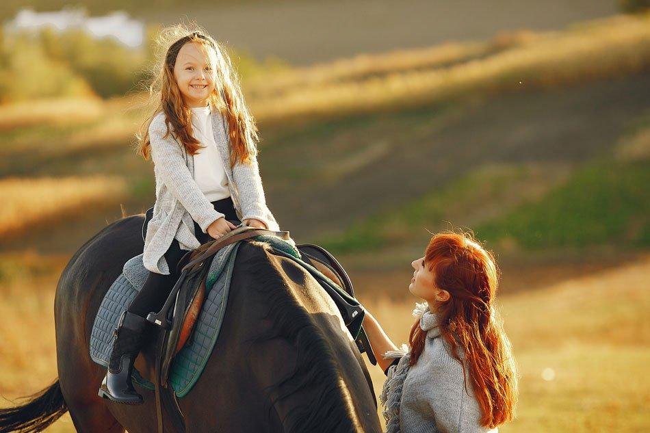 Come divertirsi in Liguria Bambina a cavallo