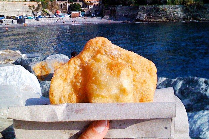Primavera in Liguria focaccette fritta in spiaggia