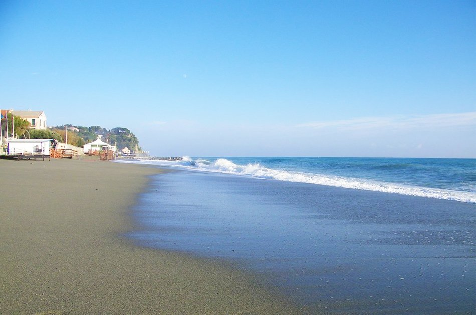 Albissola marina spiaggia sabbiosa libera