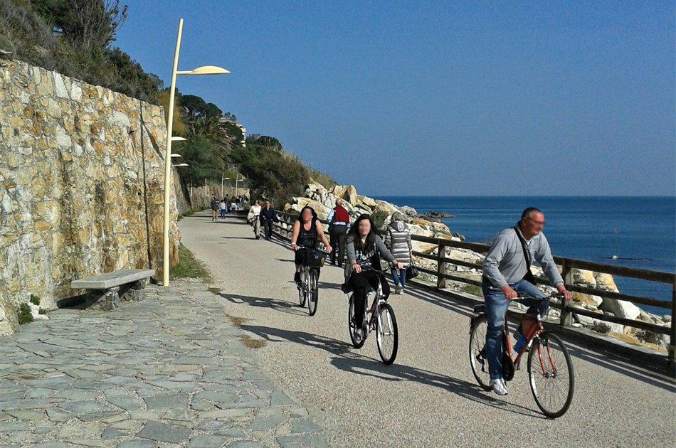 Varazze lungomare Europa con ciclisti