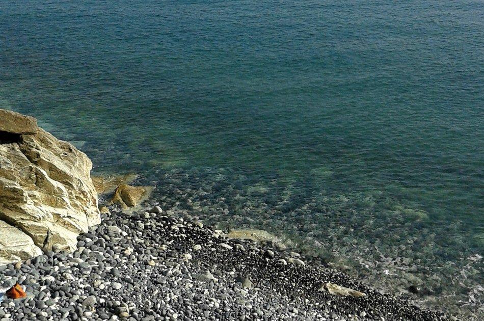 Varazze spiaggia con ciottoli e mare cristallino