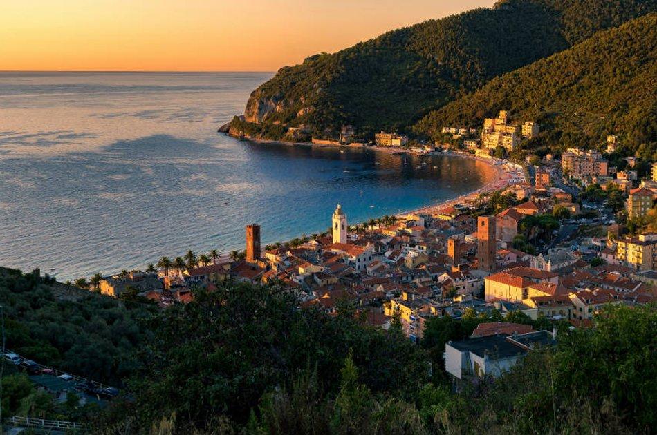 Noli alba e panorama del borgo medievale e della spiaggia