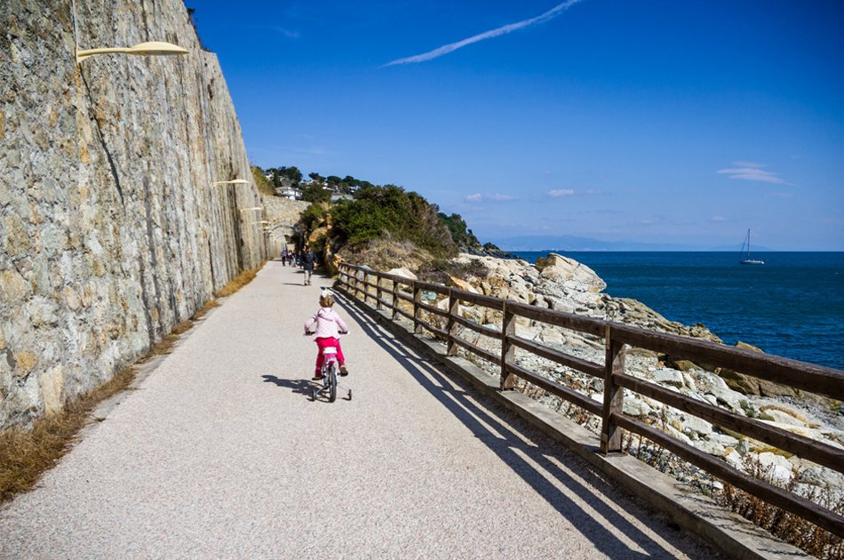 Varazze lungomare Europa bambina in bici