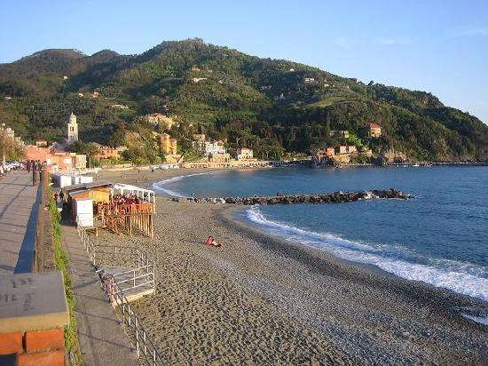 Levanto spiaggia libera con monti sullo sfondo