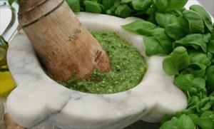 Pesto alla genovese fatto al mortaio