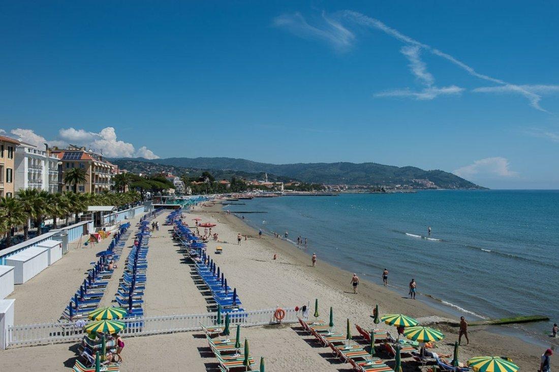 Diano Marina spiaggia attrezzata vista dal'alto con monti sullo sfondo