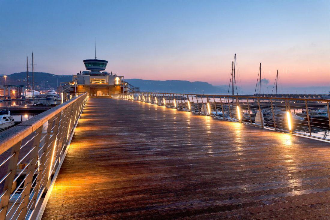Loano molo in legno illuminato alla sera