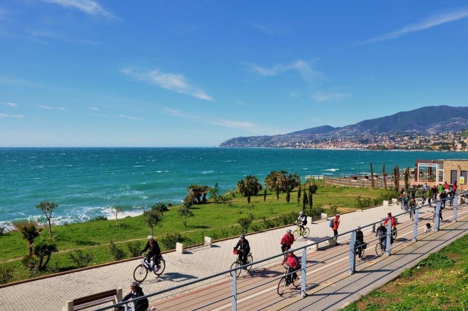 Sanremo ciclisti sul lungomare e panorama sul mare