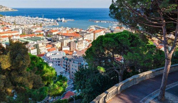 Sanremo la città vista dall'alto con il mare sullo sfondo