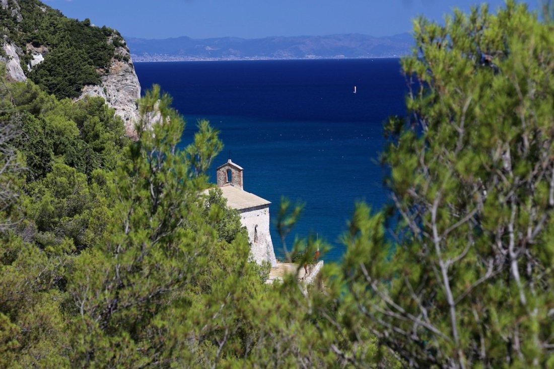 Chiesa di San Lorenzo con il mare sullo sfondo