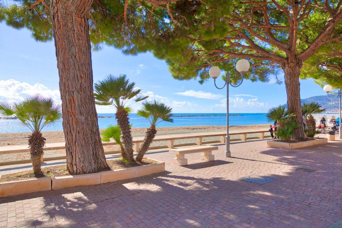 San Bartolomeo al Mare alberi sul lungo mare