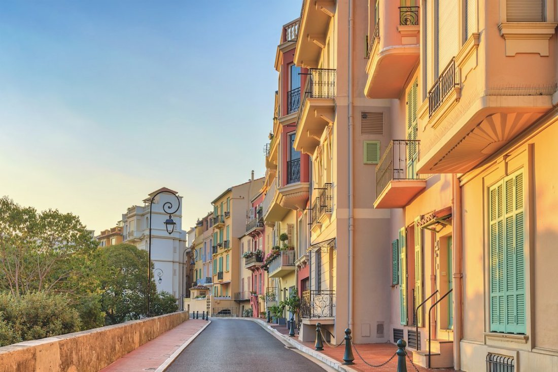 Costa Azzurra via di Monaco vecchia con case colorate