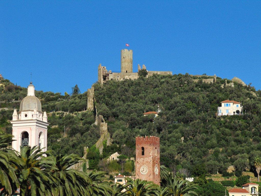 Noli vista sul castello immerso nel verde