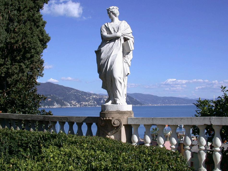 Santa Margherita Ligure statua con la costa sullo sfondo
