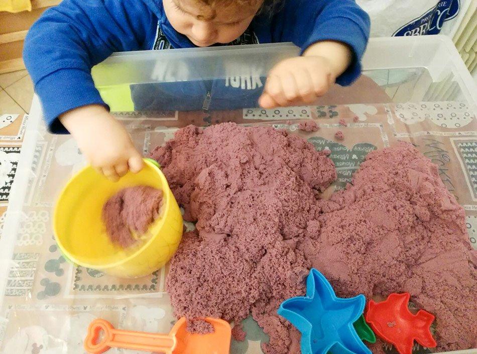 Sabbie cinetiche con bambini e formine