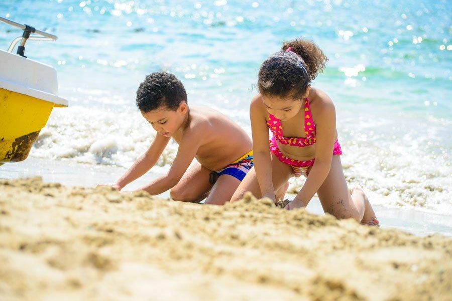 Bambini-che-giocano-sulla-spiaggia