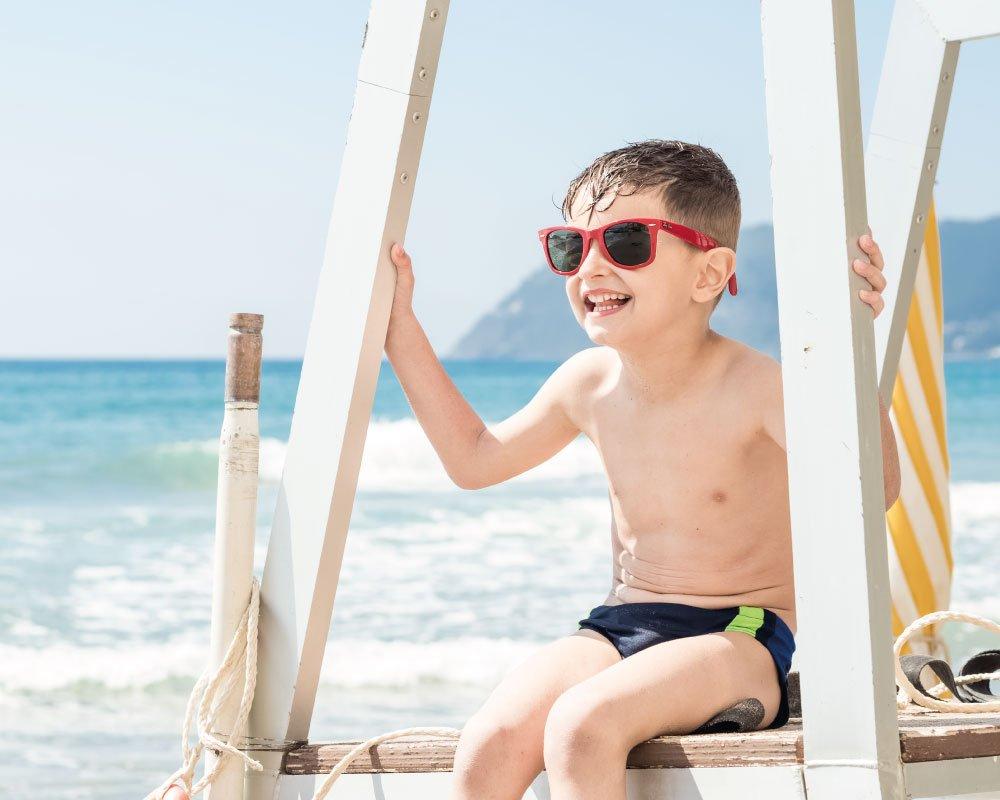 Bambino in spiaggia in Liguria