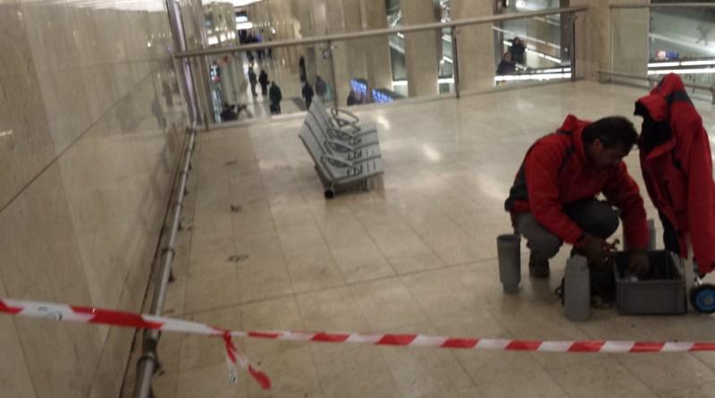 1 operai smantellano i sedili alla stazione centrale di MilanoMOD