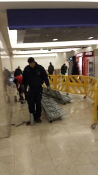 3 operai smantellano i sedili alla stazione centrale di MilanoMOD