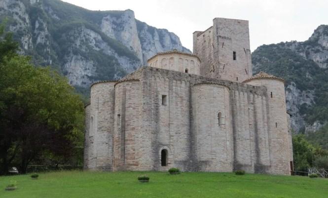 abbazia san vittore delle chiuse marche