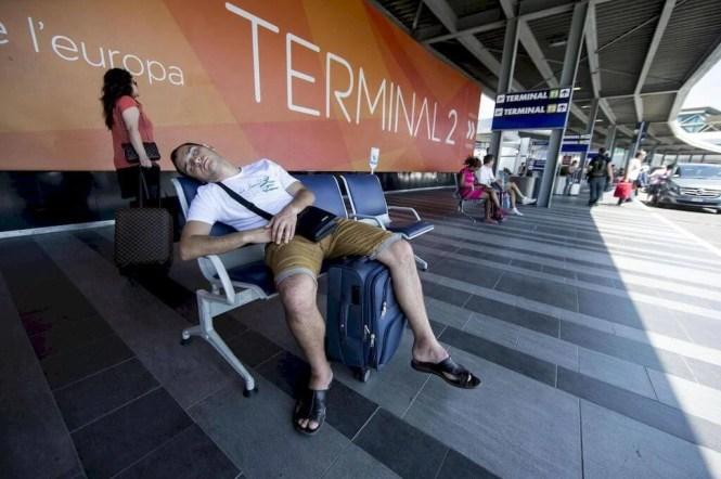 viaggiatore stanco aeroporto