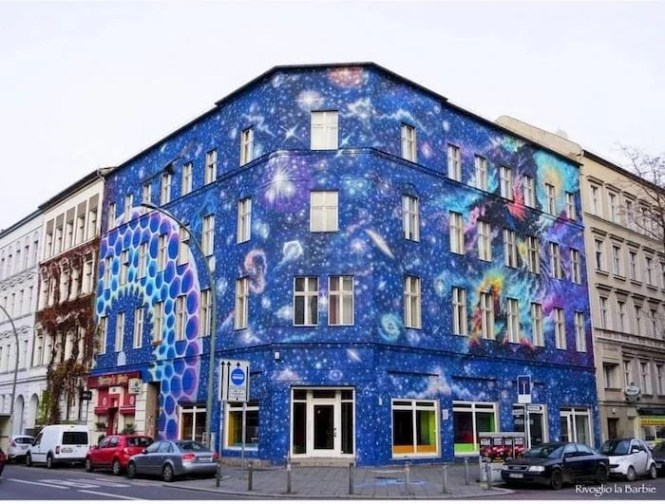 street art Berlino edificio blu