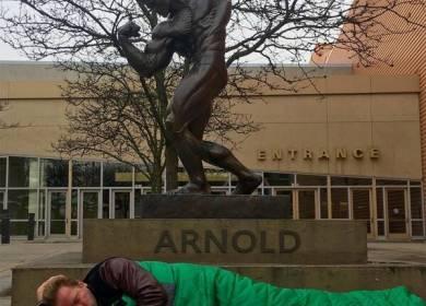 Arnold dan Tukang Batu dari Kuningan