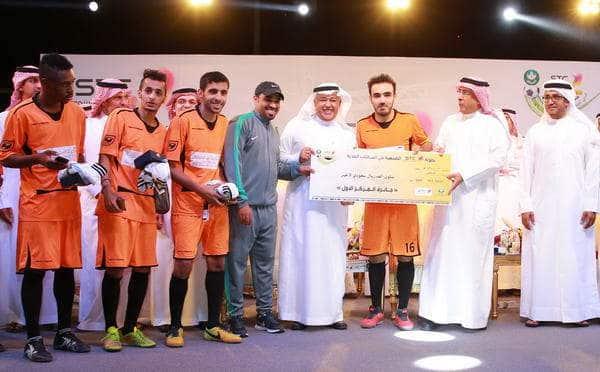 امين منطقة الرياض والبياري اثناء تتويج الفريق الفائز بالبطولة.