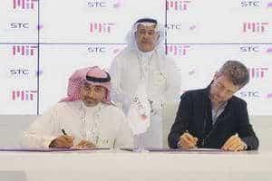 رياض معوض اثناء توقيع الاتفاقية بحضور د.خالد البياري الرئيس التنفيذي لمجموعة