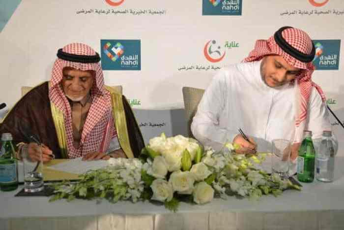 د. عبدالرحمن السويلم و م. ياسر جوهرجي أثناء توقيع العقد