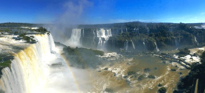 Les Chutes d'Iguaçu vues depuis le Brésil, avec la Garganta do Diablo en toile de fond