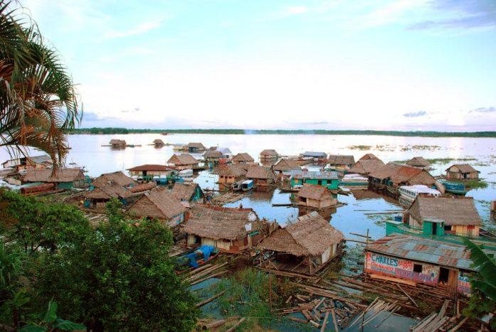 Village flottant dans les environs d'Iquitos - Tous droits réservés @Argentina Excepción