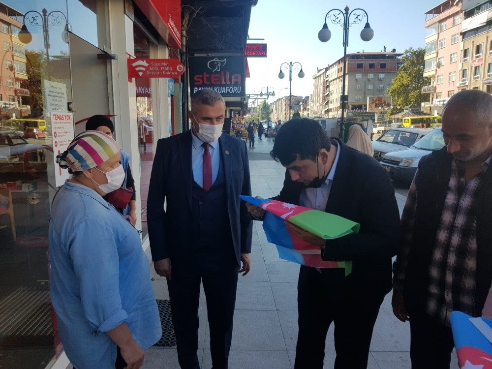 MHP Rize İl Başkanlığı tarafından esnaf ve vatandaşlara Azerbaycan Bayrağı dağıtıldı