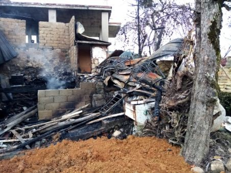 Rize'de 2 ev yanarak kül oldu