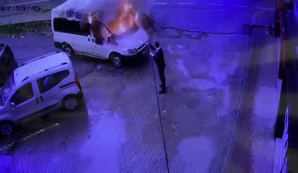 Rizeli esnaf park halindeyken alev alan minibüsü söndürmek için seferber oldu