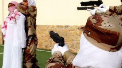 صورة عروض عسكرية نسائية في احتفالات اليوم الوطني 90 لأول مرة بالمملكة