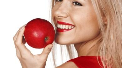 صورة اكل التفاح على الريق للخدود