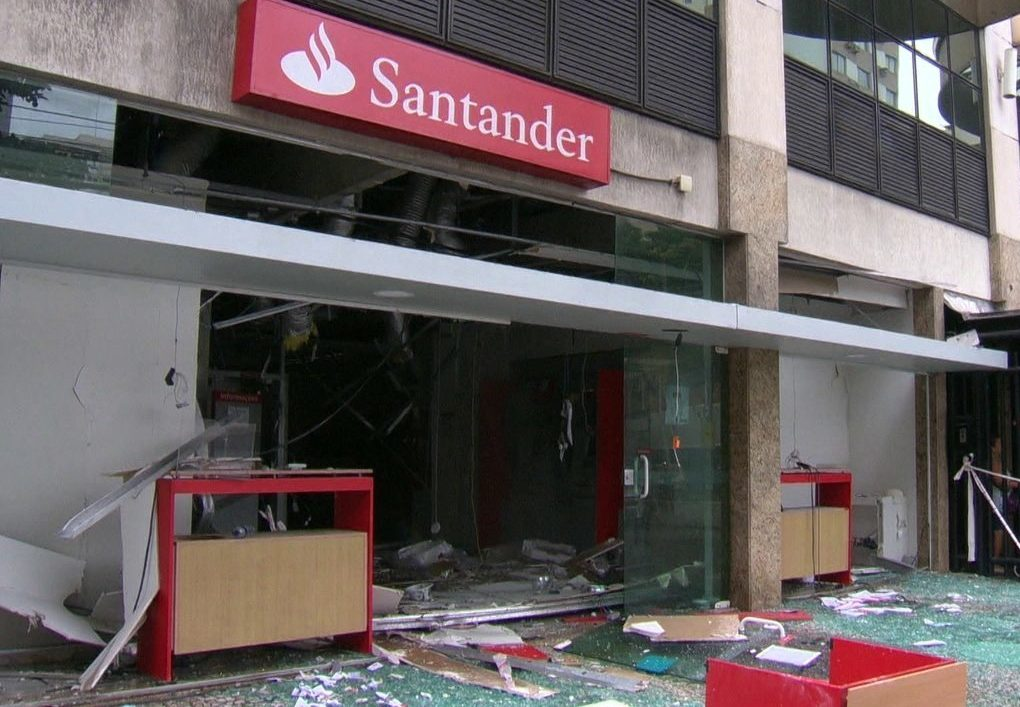 Agência do Santander pichada no Rio de Janeiro/Reprodução/facebook