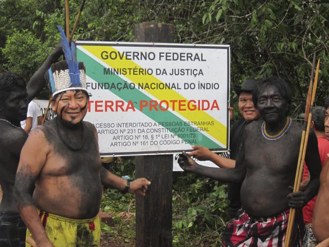Davi Yanomami (a esquerda), presidente da Hutukara Associação Yanomami e funcionário da Funai na manifestação para retirada dos fazendeiros da região do Ajarani, Terra Indígena Yanomami, Roraima.