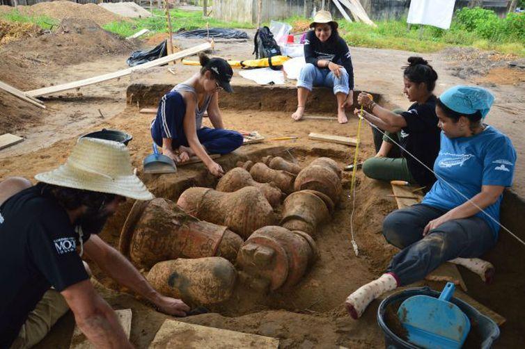"""Arqueólogos descobrem """"cemitério"""" na Amazônia com urnas funerárias indígenas que podem ter mais de 500 anos."""