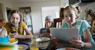 дети за телефоном, в планшете