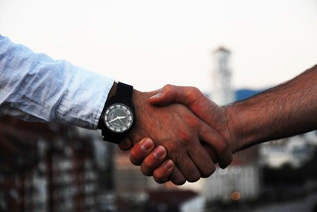 handshake-1513228_640