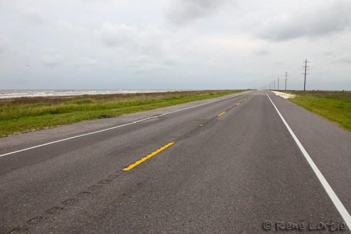 La route au sud ouest de la Louisiane juste avant d'arriver au Texas : rectiligne et plate à 1 m d'altitude; inquiétant en cas d'ouragan.