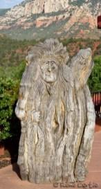 Sculpture sur bois devant une des boutiques d'art.