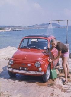 """Un """"car wash"""" un peu spécial dans un camping inoccupé de Yougoslavie"""
