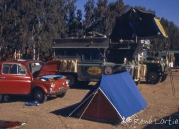 Au camping de Marrakech, notre campement au premier plan et les allemands qui ont fait le désert à l'arrière-plan