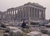 Parthénon Le Parthénon était consacré à la déesse Athéna Parthenos, protectrice de la cité et déesse de la guerre et de la sagesse. Ce n'était pas un temple à proprement parler, mais un édifice destiné à abriter les trésors de la cité (1,15 tonnes d'or dans la statue d'Athéna, oeuvre de Phidias). Un programme de restauration est en cours depuis 1980 et est prévu durer jusqu'en 2020 au coût de 100 millions$. Entièrement construit en marbre, il a été érigé de -449 à -438 par l'architecte Ictinos et décoré jusqu'à -432 par le sculpteur Phidias, à l'initiative de Périclès.