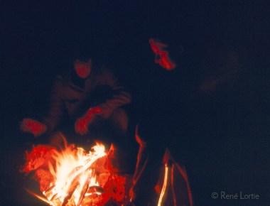 Claire et René autour du feu de camp