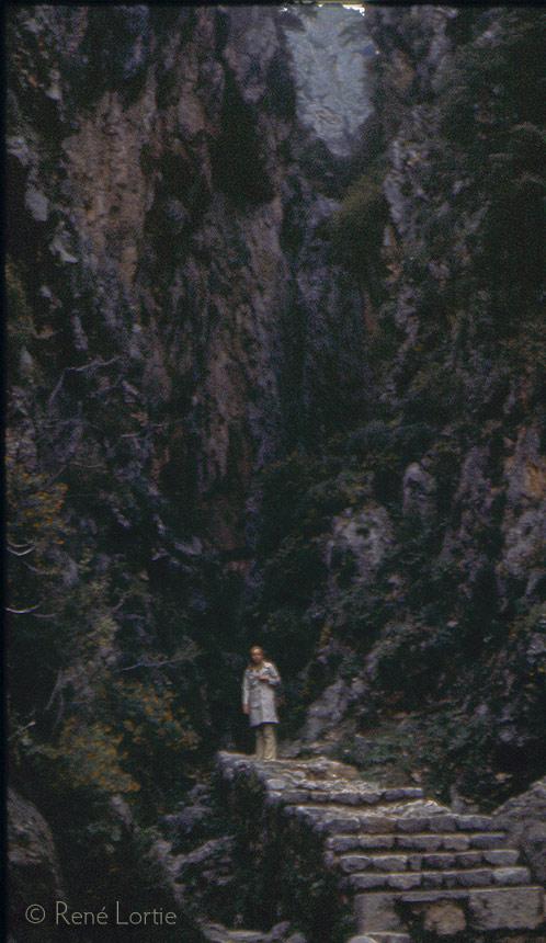 Claire au pied de la source de la fontaine de Delphes