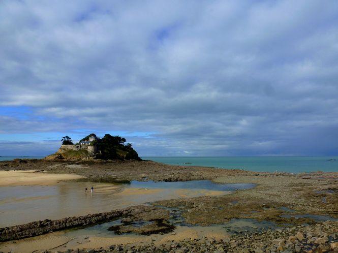 Le fort du Guesclin à marée basse. Photo : Irina Vuchkova, Wikipedia